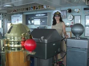 Caia brincando de pilotar, quando me visitou no navio