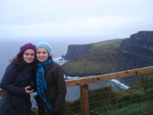 Mari e eu numa falésia na Irlanda- nov2008