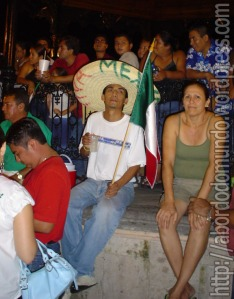 Mexicano com sombrero e tequila