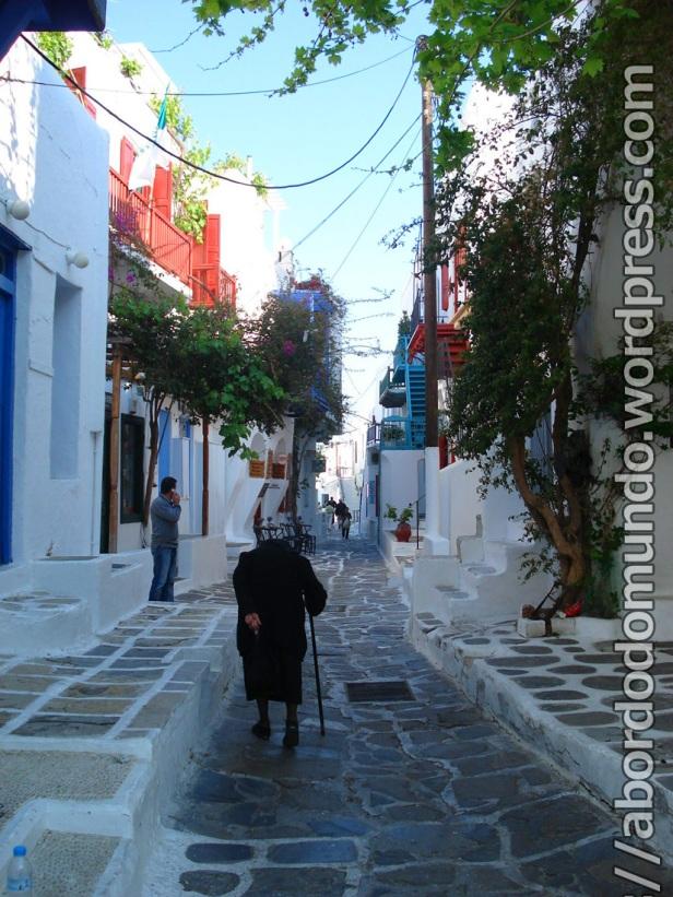 Senhora vestida de negro pelas ruas de Mykopnos, Grécia