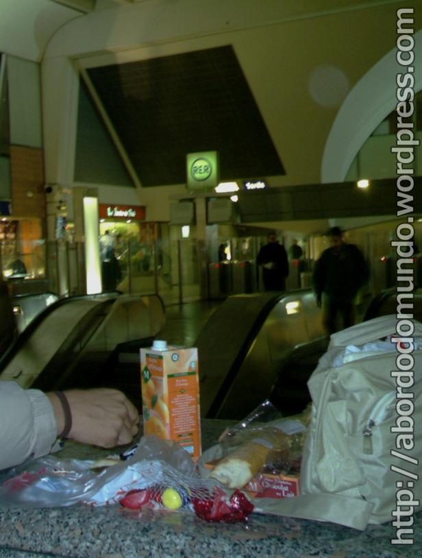 Comendo comida de supermercado em uma estação em Paris