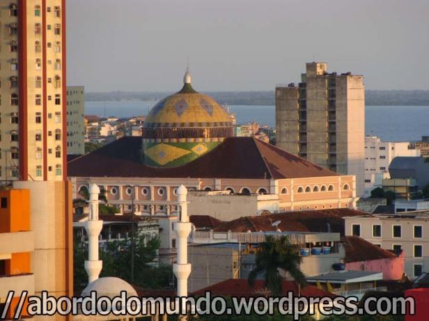 O teatro de Manaus, com o rio Amazonas ao fundo
