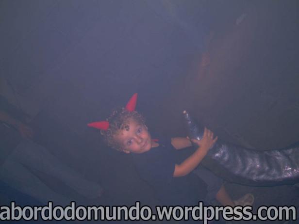 Um diabinho fazendo diabrura