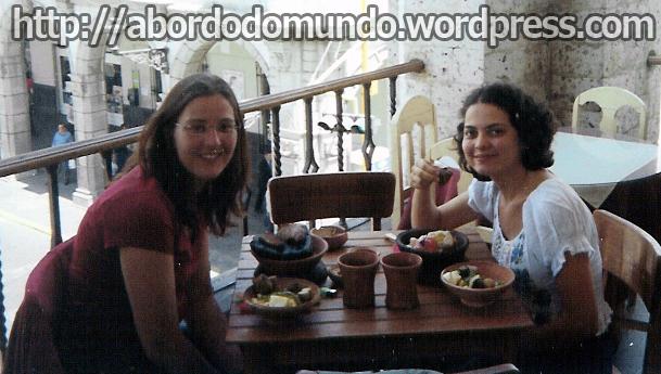 Clara e Clara comendo comida inca com as mãos, num restaurante em Arequipa, Peru