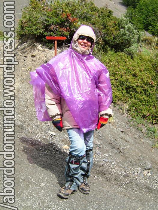 Riam de si mesmos/as pelo menos uma vez ao dia- fiz uma longa caminhada sob sol, vento e até chuva de granizo. Não fiquei ridícula com estas roupas e a capa de chuva improvisada?