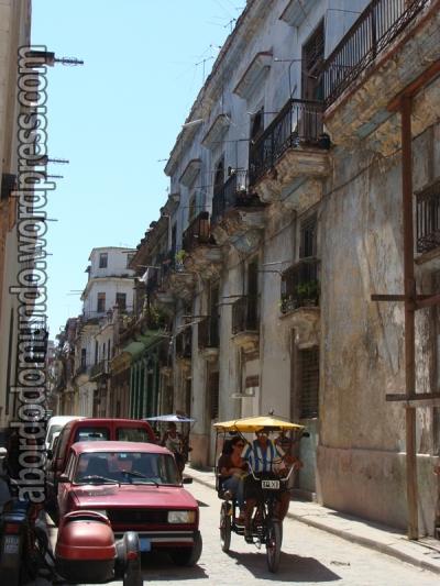 Essas duas fotos resumem Cuba, ou Havana, para mim: carros e casas antigas e transporte de bicicleta...