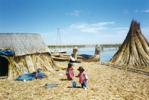 Crianças nas ilhas flutuantes do algo titicaca- photo by Chris Garner
