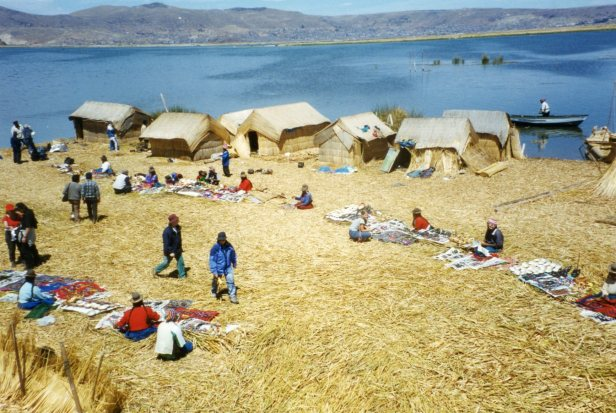 Ilhas flutuantes no lago Titicaca- photo by Chris Garner