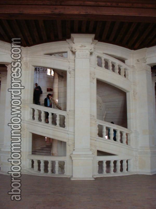 Escada de dupla hélice, desenhada por Da Vinci, no castelo de Chambord