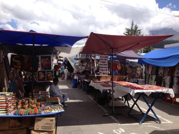 O mercado de artesanato de Otavalo é o mais famoso do Equador. Coisas lindas e baratas. Vale pechinchar. Sábado é o dia com mais barrcas, mas todo dia tem mercado.