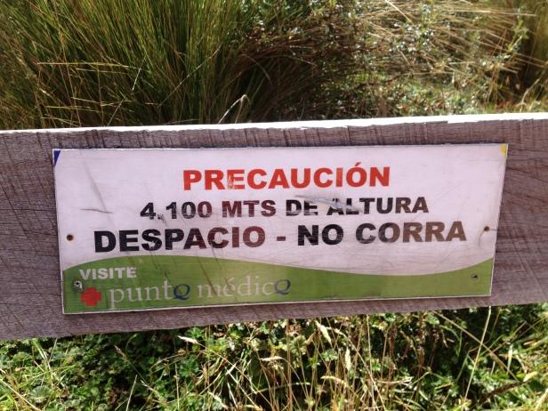 Esta placa lá no alto o teleférico, avisa para andar devagar, não correr, por causa dos 4500 metros de altitude.