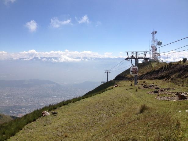 """Vista do teleférico. Quito lá """"embaixo"""", a somente uns 2800 de altitude."""