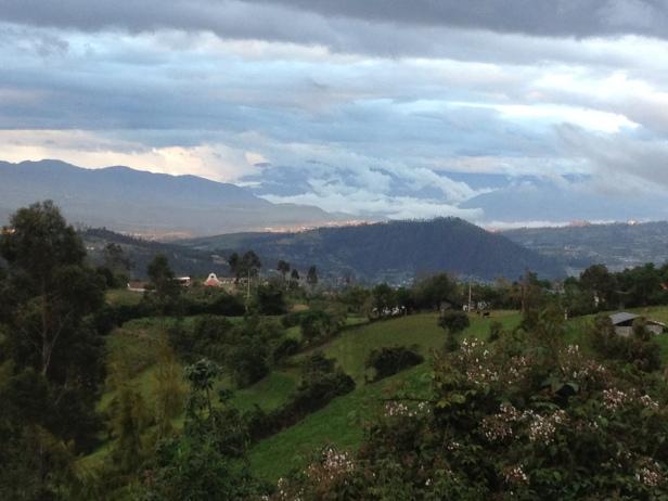 vista do hostal la Luna. Otavalo é cercada por dois vulcões daqui dá para vê-los.