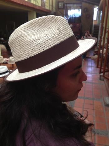 Em Cuenca, no museu do sombrarero, experimentando um chapeu panamenho, digo, de paja de toquilla