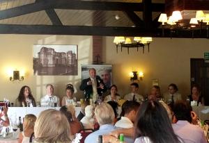 visão do salão com mesa dos noivos ao fundo