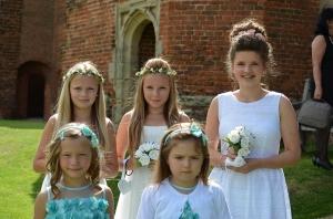 Damas (flower girls) e a brides maid à direita