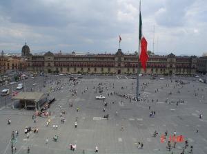 Cidade do México. No México as praças principais são chamadas de zócalos