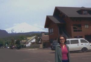 Em Pucon, com o vulcão Villarica ao fundo. A qualidade ruim da foto é porque já estava sem minha câmera, conforme post anterior...