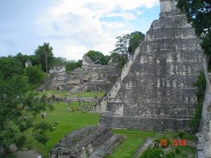 Aqui dá para ter noção da altura das pirâmides e de que como se sobe.