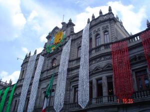 Palácio do governo em Puebla, com as cores da bandeira mexicana.