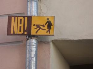 Placa nas ruas de Tallin, capital da Estônia. Nem precisa entender o que o NB significa, a imagem diz tudo.
