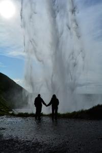 Atrás da cachoeira Seljalandsfoss