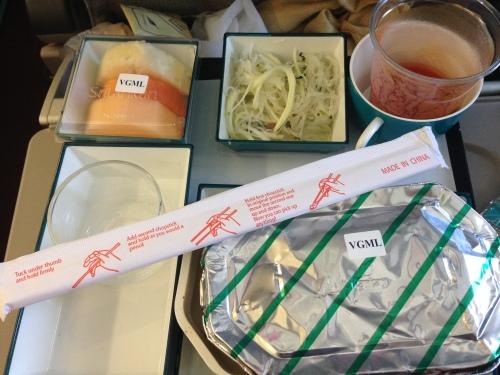 Voce sabe que está chegando à Ásia quando no avião a comida vem com palitinhos (chopsticks)