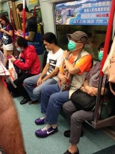 cena comum: pessoas usando máscaras cirúrgicas em lugares públicos