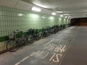 Bicicletas ficam o dia inteiro na rua e não são roubadas.
