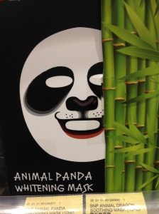 Essa máscara do panda é até um pouco assustadora. rsrs