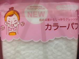 Produtos que prometem embranquecer o rosto.