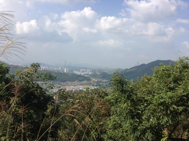 Montanha em Tai Wo. Os prédios altos ao fundo ja são na China.
