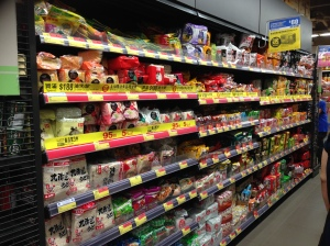 Prateleira de noodles. Todo supermercado tem duas. E essa é de um supermercado pequeno...