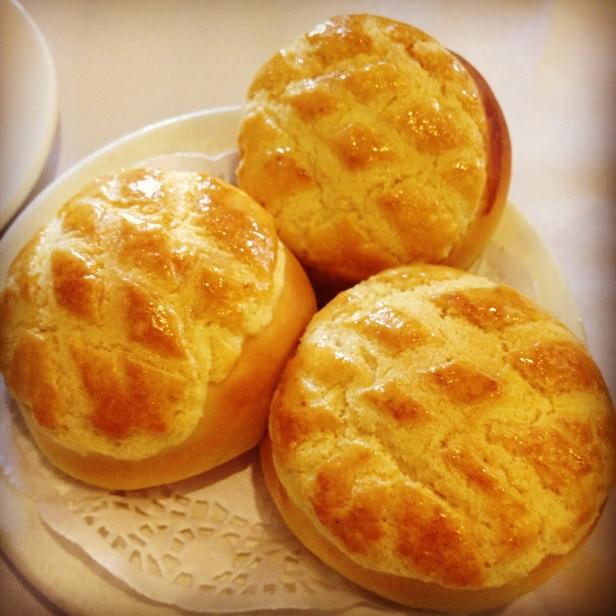 Bolinho de abacaxi não leva abacaxi. O nome é devido à semelhança com a fruta... Foto: http://ilovehongkong.org/unique-hong-kong-food