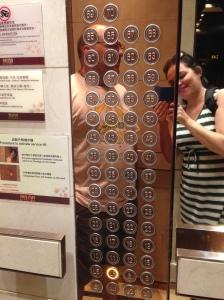 No elevador de um prédio de 70 andares. Ou quase. Na verdade,  reparem que não tem todos os andares, mas essa estória fica pra outro post.