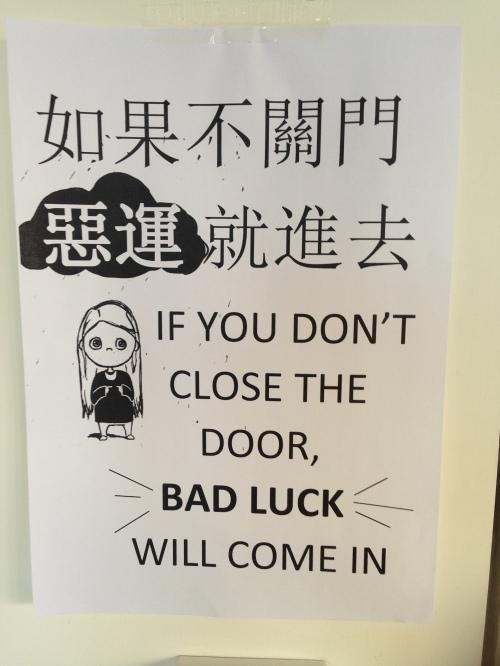 """Cartaz na universidade: """"se você não fechar a porta, a má sorte vai entrar"""". Depois de vários cartazes pedindo para o povo fechar a porta de um laboratório, resolveram apelar para a superstição para ver se funciona."""