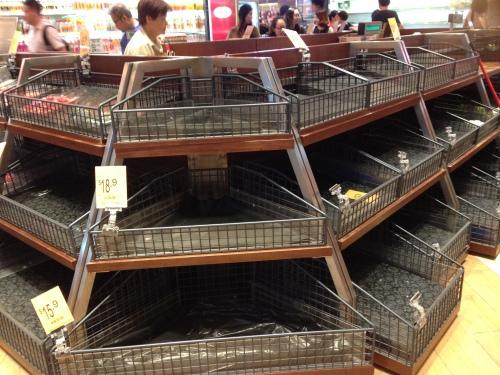Prateleiras vazias em supermercado em Hong Kong na véspera do furacão Haima