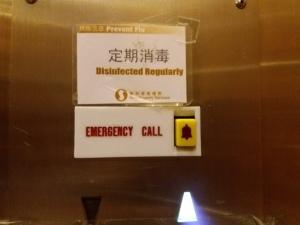 """Dentro do elevador cartaz com """"desinfectado regularmente"""""""