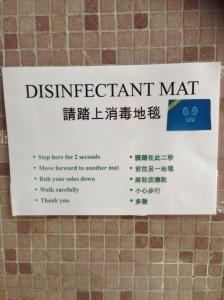 Tapete desinfectante com explicações detalhadas para limpar os pés antes de entrar