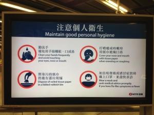 grande display no metrô ensinando hábitos de higiene (como lavar mão, cobrir a boca com lenço ao tossir, jogar esse lenço só nas lixeiras com tampas e usar máscaras)