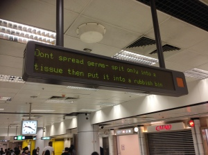 """Display no metrô: """"não espalhe seus germes- cuspa somente em um lenço de papel e jogue em uma lixeira"""""""