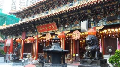 O templo Wong Tai Sin está sempre cheio de gente e com o barulho das latinhas sendo balançadas.