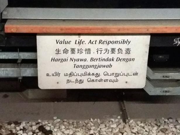 placa em 4 linguas em Singapura-abordodomundo